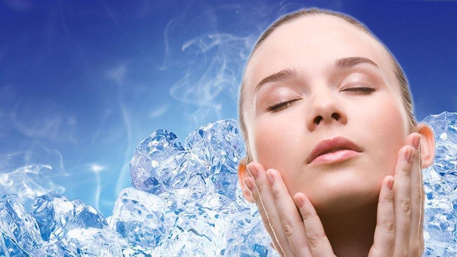 Протирание лица кубиками льда от морщин